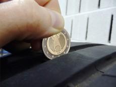 Verificar a profundidade da banda de rodagem com uma moeda